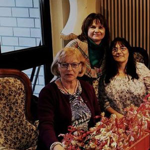 FU-Vorsitzende Eugenia Funk und FU-Damen beim Vorbereiten der Mitbringsel