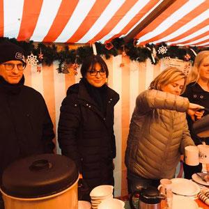 Glühwein von der FU-Vorsitzenden Claudia Kloska