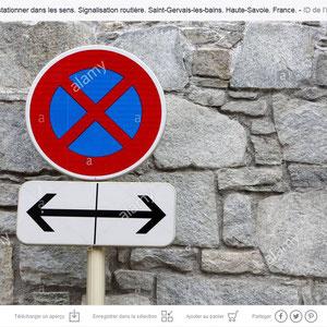 Panneau de signalisation routière. Interdiction de stationner à gauche et à droite.