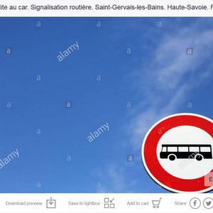 Panneau de signalisation routière. Interdit aux autocars.
