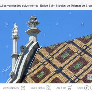 Toiture aux tuiles vernissées polychromes. Eglise Saint-Nicolas-de-Tolentin de Brou. Bourg-en-Bresse.