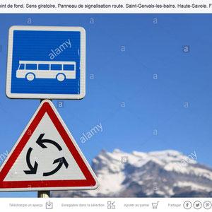Panneau de signalisation routière. Arrêt de bus. Sens giratoire.