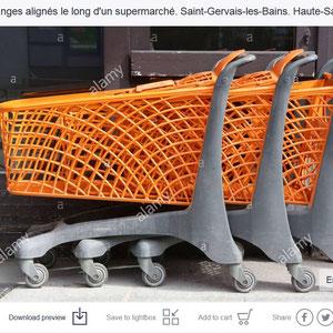 Caddies. Faire ses courses en supermarché. Société de consommation.