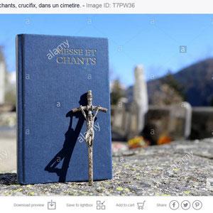 Livre de messe et chants, crucifix, dans un cimetière.