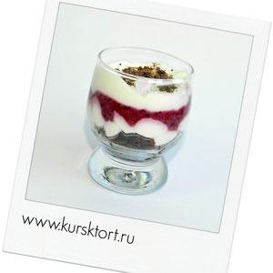 шокобисквит, пропитанный сливочным ликером, чернично-вишневое парфе(разновидность сливочного мороженного), творожно-сливочный мусс на белом шоколаде и шоколадная крошка.