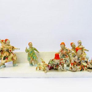 Frauen mit rotem Dutt, Papiermaché, 13 cm hoch, 40 cm lang, 14,5 cm tief (Heike Roesner/2018)