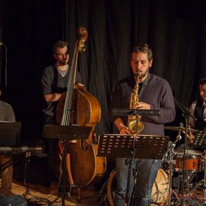 Aurélien Gody, contrebasse; Hugo Raducanu, batterie; Paul Robert, saxophones; Carmen in Swing