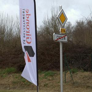 Route départementale 14, fin d'agglomération de Créon, étendard du Conseil général de la Gironde