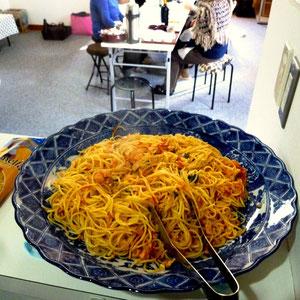 大皿に盛り付けたスパゲッティポモドーロ