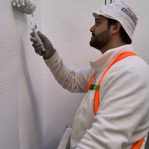 Finalmente, se debe aplicar una primera capa de pintura acrílica en color blanco o en el color existente en el patio de luces a tratar. Transcurrido el tiempo de secado se aplica una segunda capa de pintura en dilución menor al agua.