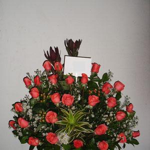 REF. 12 ARREGLO EN ROSAS DE COLOR SALMON, PROTEAS,CANCION DE LA INDIA ELBORADO SOBRE BASE CORTEZA DE MADERA.