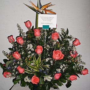 REF. 30 ARREGLO EN ROSAS DE COLOR SALMON CANCION DE LA INDIA ELABORADO SOBRE BASE DE CRISTAL.