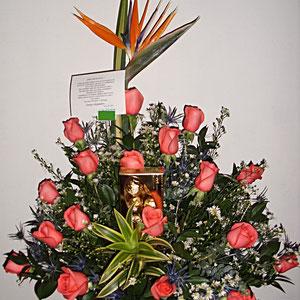 REF. 50 ARREGLO EN ROSAS DE COLOR SALMON, AVE DEL PARAISO Y CHOCOLATES ELABORADO SOBRE BASE DE CRISTAL.