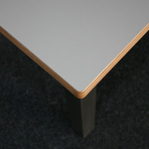 Schreibtisch XL aus Multiplex mit grauem Hochdrucklaminat, Ecke im Detail.
