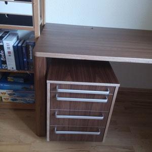 Schreibtisch aus Multiplex mit amerikanischem Nußbaum Rollcontainer