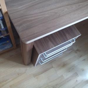Schreibtisch aus Multiplex mit amerikanischem Nußbaum Detail Bein