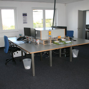 Schreibtisch XL aus Multiplex mit grauem Hochdrucklaminat belegt, Ordnungssystem und Bildschirmhalterungen