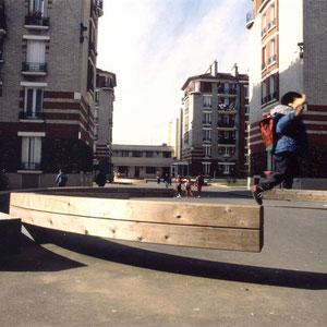 1993 - Réhabilitation des espaces verts dans une cité HLM, Sculpture monumentale, cèdre rouge et acier galvanisé, LOGIAL maîtrise d'ouvrage, Alfortville, France.