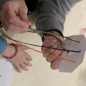 Pappe und Fäden von unten