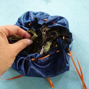 Blätter zerreiben+mischen