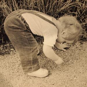 Hilia sammelt Steine, die ersten Male im Laufen, vorher konnte ich das noch nicht