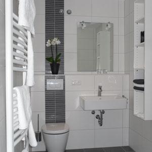 Modernes Bad mit ebenerdiger Dusche