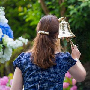 Barbara Christina Merz, freie Theologin und Hochzeitsrednerin, bei einer maritimen freien Trauung – Foto von Edward Park