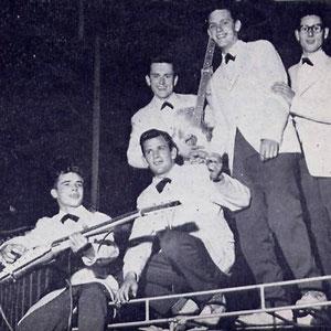 JOHN LAMERS EN CEES AND HIS SKYLINERS Op het dak van hun bus.
