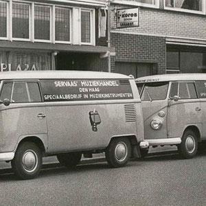 """SERVAAS MUZIEKHANDEL Ook de """"bevoorrading"""" geschiedde met de VW bus"""