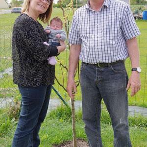 リルーちゃんももう生後3週間。梨の木と一緒にすくすく育っています。