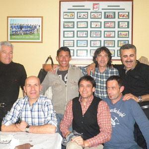 Sentados: Manolo, Tomás y Karlos. Detrás: Eduardo, Remírez, Juán y Guillén
