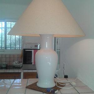 Dekorative Lampe auf dem Küchenbüffet