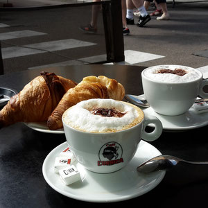 2x Cappuccino mit Croissant