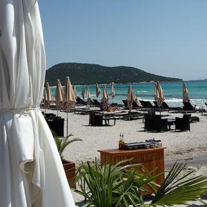 weiße Sonnenschirme am Strand von Palombaggia