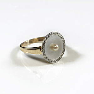 CS 59 - Platinum and 18K yellow gold ring with mother of pearls and pearl.
