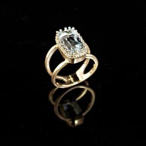CS 61 - 14K yellow gold split shank ring with aquamarine.