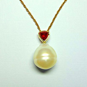 P 25 - 14K Yellow gold pendant with cabochon mozambioque garnet and south sea pearl.
