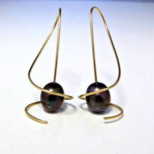 E 92 - 14K yellow gold earrings with mocha pearls.