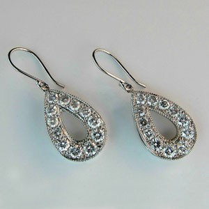 E19 - 14K white gold earrings with diamonds.