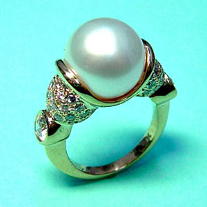 CS 14 - 14K yellow gold ring with pave and bezel set diamonds, featuring a south sea pearl.