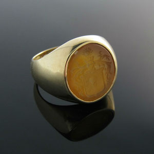 G 1 - 14K yellow gold ring with an engraved carnelian.