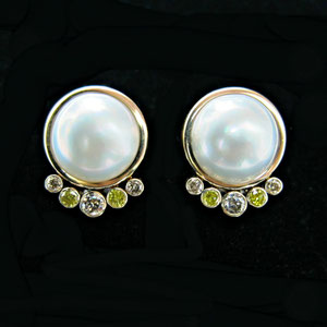 E 8 - 14K yellow gold earrings with white mabe pearls, champagne and yellow diamonds