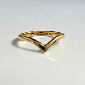 "B 16 - 14K yellow gold 'V"" band."