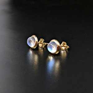 E111 - 14K yellow gold earrings with bezel set moonstone cabochons.