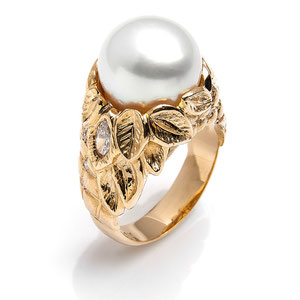 CS 10 - 14K yellow gold ring with south sea pearl and marquise diamonds.