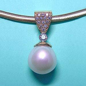 P 26 -  4K white gold pendant with south sea pearl and diamonds.