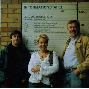 Dr. Maik Hosang mit dem Ökotoxikologen Prof. Hartmut Frank und der Philosophin Marina Frank 2005 am damals noch vorhandenen Institutsschild der HU Berlin