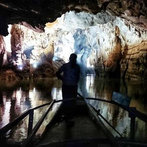 Unterwegs mit einem Boot in der Phong Nha Höhle im Nationalpark Phong Nha Ke Bang – hier befinden sich riesige & wunderschöne Höhlennetzwerke.