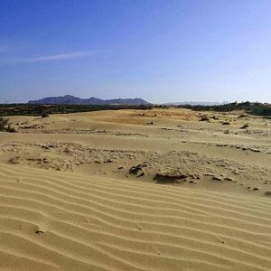 Sanddünen – mitten im Nirgendwo, die Bergkulisse des zentral-vietnamesischen Hochlands als schöne Hintergrund-Kulisse