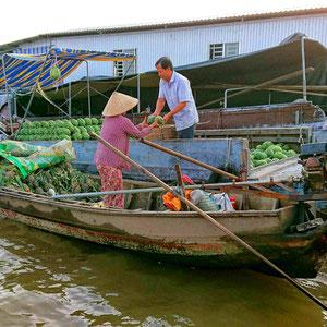 Melonen wechseln den Besitzer – schwimmende Marktstände im Mekongdelta